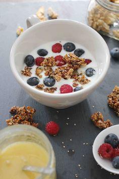 Joghurt mit selbstgemachtem Sesam-Nuss Granola