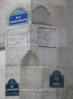 Anciens et nouveaux noms au coin de la rue Charlemagne et la rue du Prévôt  (Paris 4e).