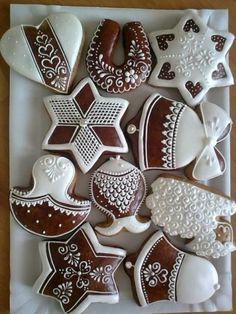 Super fancy ideas for decorating gingerbread cookies. Traditional Christmas Cookies, Christmas Sugar Cookies, Christmas Gingerbread, Holiday Cookies, Gingerbread Cookies, Fancy Cookies, Iced Cookies, Cute Cookies, Cookies Et Biscuits