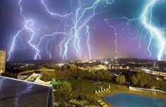レソトの首都、マセルにて多重露光で撮影した矢のような稲妻