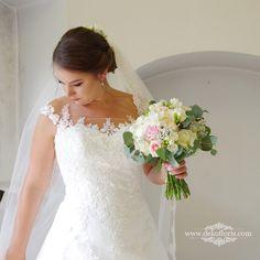 Wymarzony bukiet ślubny Panny Młodej w kolorze pudrowego różu z bielą Lace Wedding, Wedding Dresses, Fashion, Moda, Bridal Dresses, Alon Livne Wedding Dresses, Fashion Styles, Weeding Dresses, Bridal Gown