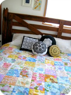 Quilt from vintage sheets AND vintage crochet doily cushions. Vintage Sheets, Vintage Quilts, Vintage Fabrics, Vintage Floral, Retro Vintage, Vintage Linen, Granny Chic, Cushions, Pillows