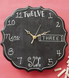 Chalk the time.I mean check! This chalkboard clock tutorial is too cool! Diy Arts And Crafts, Crafts To Do, Diy Craft Projects, Craft Tutorials, Diy Crafts For Kids, Craft Ideas, Diy Ideas, Decor Ideas, Clock Craft