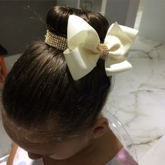 Porta coque com laçarote Baby Girl Hair Accessories, Baby Girl Hair Bows, Handmade Hair Accessories, Diy Hair Bows, Bun Wrap, Hair Ribbons, Bow Tutorial, Headpiece Wedding, Baby Kind