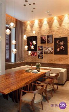 O destaque desta sala é a parede tijolos aparentes. Vejam como o ambiente ficou rústico pelo revestimento em tijolos aparentes, mas moderno por causa da iluminação e dos quadros na parede. Projeto do arquiteto Duda Porto.