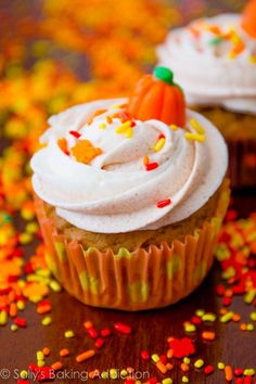 Pumpkin Cupcakes with Cinnamon Swirl Frosting - yum! #wedding #weddingcupcakes #fall #cupcakes #diywedding