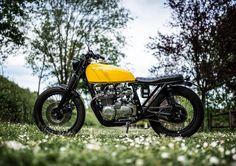 Good Day! Kawasaki Z650 #BratStyle by Paolo Sereni - Photos by Simone De Ranieri. Que tengas un buen día viendo esta bonita #Kawasaki y disfrutando del mundo de las dos ruedas ;) www.caferacerpasion.com