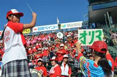 【浦和学院】炎天下の中、力いっぱい楽器を吹き鳴らしグラウンドのナインを鼓舞する吹奏楽部部員。
