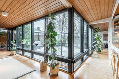 Huikea atriumpiha talon keskellä Kastun ok-talo alueella! Tämä arkkitehti Jarkko Kosken suunnittelema yksilöllinen ja arkkitehtoninen talo on valmistunut 1972 ja sisältää joukon moderneja rakenneratkaisuja, kuten hienon ja täysin suojaisan atriumpihan...
