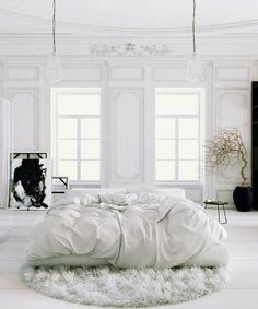 design chambre blanche aux accents décoratifs noirs