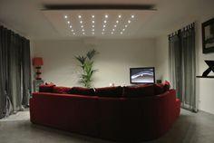 un salotto moderno e chic illuminato da faretti led bianchi