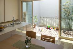 開放的な雰囲気で台所仕事を明るく楽しく演出するキッチン