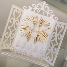 Uma tarde iluminada a todos !!! Oratório lindo e exclusivo , perfeito para qlr ocasião !  #atelie - ateliearteelaco Diy Crafts For Gifts, Crafts To Make And Sell, Arts And Crafts, Paper Crafts, Diy Furniture Projects, Diy Wood Projects, First Communion Cards, Faith Crafts, Diy Bed Frame