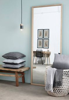 Inspiration décoration. Le mélange de gris bleuté, de bois, de noir et blanc marche parfaitement bien