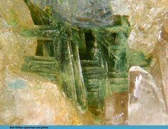 Gormanite-Souzalite. Charles Davis Mine, N. Groton, NH, USA FOV=3.5 mm Collection et photo Bob Wilken