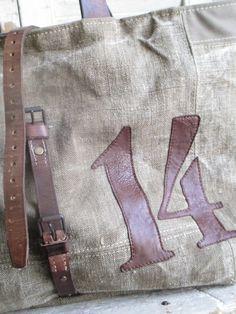Dimensions : 55 x 35cmBase de fond : 39 x 19cmExtérieur en toile bâche de l'armée KakieAssociés à de la jute son style est juste parfait!Nombreux détails de découpes, surpiqures boutons et œilletsAnses vintageCabas à porter à bout de bras Intérieur doublé en toile à matelas ancienne1 poche intérieureNettoyage à sec péconiséTémoins vivants de notre passé, les tissus anciens ne seront jamais des textiles neufs.Leur patine ou petites...