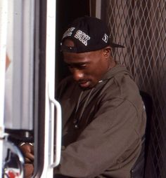 Actor Tupac Shakur behind the scenes of Poetic Justice May Tupac Shakur, 2pac, Tupac Videos, Senegalese Twist Styles, Tupac Pictures, Tupac Makaveli, Eminem Photos, Natural Wedding Hairstyles, Long Box Braids