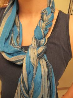 Braided scarf… much easier than it looks! Go like you are going to tie a knot in the scarf, leaving enough slack to drape over your head. Don't tie the second part of the knot – but turn the scarf so the loose ends drape down one side of loop use the two Look Fashion, Diy Fashion, Ideias Fashion, Fashion Beauty, Fashion Ideas, 1950s Fashion, Vintage Fashion, Womens Fashion, Unique Fashion