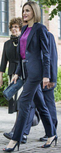 Doña Letizia chaired the annual meeting of the Board of the Student Residence ( June 15, 2015) wearing an Hugo Boss business suit, a fuchsia geo-printed Carolina Herrera blouse, a blue snakeskin belt, Magrit navy leather peep-toe heels, and Mango snake printed clutch bag. Making this the seventh consecutive Doña Letizia wears a recycled outfit as she has not worn a new ensemble since the last day of the state visit to France (June 4, 2015).