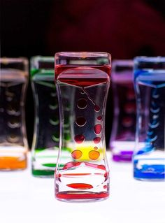 Juegos para mesa de luz Reggio Emilia, Light Table, Carafe, Toddler Activities, Glass Bottles, Fresco, Shot Glass, Diy And Crafts, Glow