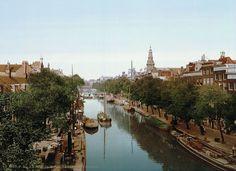 Amsterdam 1898 (en toch al in kleur): De Kloveniersburgwal | Deze foto is gemaakt door middel van de zogeheten Photochrom techniek. Dit is een druktechniek waarbij een kleurenafdruk wordt gemaakt van het negatief van een zwart-wit foto. Het geeft meteen een heel ander beeld van de stad die wij nu als moderne stad kennen.