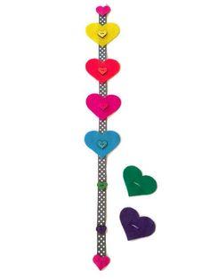 Ce jouet de bouton sur le thème du coeur aide votre enfant à apprendre à boutonner et couleur assortie à la fois ! Un complément parfait à votre sac occupé ou le temps de correspondance des couleurs, ce jouet de bouton a six coeurs en feutre couleur différentes et six boutons assortis. Les coeurs en feutre peuvent être boutonnés sur et hors les boutons plus et plus pour beaucoup de plaisir de temps calme et de l'apprentissage. Le jouet est fini avec un coeur cousu sur en haut et en bas. Le…