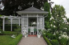Classical garden in white and green with a gazebo as central seating place, by Droll & Lauenstein