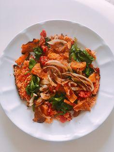 Couscous crujiente con calabaza, tomate, espinacas y canela Paella, Cilantro, Pesto, Ratatouille, Japchae, Kale, Cooking Recipes, Ethnic Recipes, Pumpkins