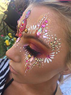 Festival makeup glitter, festival makeup и carnival makeup. Gem Makeup, Jewel Makeup, Rave Makeup, Party Makeup, Makeup Looks, Makeup Meme, Festival Make Up, Festival Mode, Festival Looks