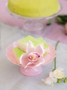 Kukat viimeistelevät kauniin kattauksen. Koristelut sopivat etenkin keväisiin valmistujaisiin.