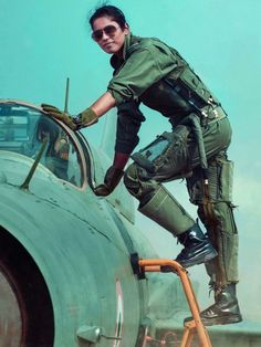 Lt Bhawana Kanth, Second Indian Female Fighter Pilot climbs ladder to enter cockpit of her Bison Female Fighter, Fighter Pilot, Fighter Jets, Fighter Aircraft, Female Pilot, Female Soldier, Indian Army Special Forces, Air Force Uniforms, Indian Army Wallpapers