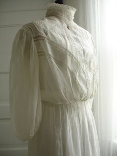 Antique 1900 Lace and White Linen Lawn/Day/Wedding Dress