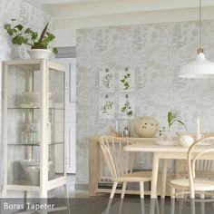 Helle Tapete Trifft Auf Cremefarbene Holzmöbel
