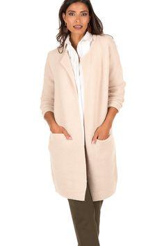 Deze vest van Dante 6 is een musthave voor jouw garderobe. Deze vest is heel dik en lang om jouw warm te houden tijdens de koudere dagen. De kraag is gevouwen waardoor je een chique uitstraling hebt. Deze trui past bij elke outfit! - Materiaal: 50% wol, 50% acryl - Machine was - Maten vallen normaal, model is 1,79 m. en draagt maat 38 - Lengte: 87 cm, borst: 50 cm, mouwlengte: 60 cm