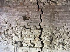 Muro misto Di mattoni crudi e cotto