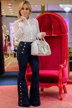 22fbd03a1 Calça Jeans com detalhes em dourado + Camisa de renda Carmem Steffens,  Calça Flare Branca