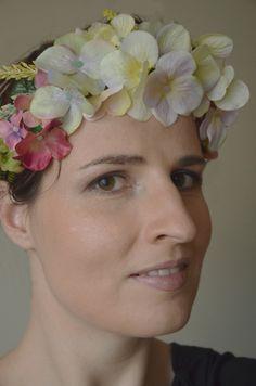 Rustical wreath Bohatá květinová čelenka složená z drobných květů hortenzie a žlutého vřrsu. Věnec lze nosit na hlavě, nebo také jako opasek.