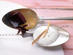 Würziger Wackelpudding, dazu ein zarter Joghurtschaum. Dieses besondere Dessert zieht Aufmerksamkeit auf sich: Glühwein-Götterspeise mit Honig-Zimt-Sauce - smarter - Kalorien: 160 Kcal - Zeit: 30 Min. | eatsmarter.de