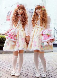 I would like soo much to have a lolita friend who wants to be my twin ^^