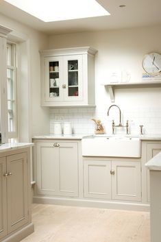 Small Kitchen Designs I love this simple classic bespoke kitchen design by deVOL Kitchens. The muted tones, Carrara marble worktops, subway tiles, classic cabinets, copper pendant lights New Kitchen Cabinets, Kitchen Cabinet Colors, Kitchen Sink, Kitchen Walls, Kitchen Counters, Island Kitchen, Kitchen Doors, Kitchen Storage, Kitchen Dining
