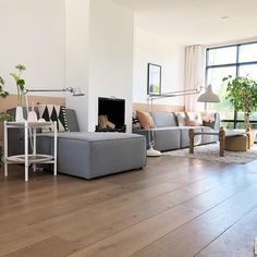 Sfeervolle woonkamer van Barbara van @b_binnen met grote grijze bank van 4 meter breed en roze kussentjes Home Living Room, Farm House Living Room, Home, Boho Living Room, Living Room Grey, Rustic Living Room, Simple Living Room, Home And Living, Living Room Designs