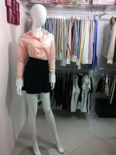 A dobradinha de camisa social e saia é sempre coringa e garantia de que você vai estar bem-vestida e arrumada. Para quebrar a seriedade, vale investir em uma saia mais curta e na camisa colorida.    Camisa social: R$ 59,80 Saia: R$ 89,90