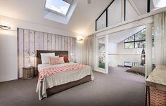 schlafzimmer dachschräge weiße wände teppichboden braun koralle akzente