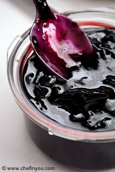 Concord Grape Jam Recipe Homemade Grapes Jam - with skins! only requires grapes and sugar! looks easy, but tedious and might take a while. worth doing! Raisin Sec, Concord Grape Recipes, Concord Grape Jelly, Do It Yourself Food, Homemade Jelly, Jelly Recipes, Yummy Recipes, Lunch Recipes, Sauces