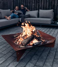 A traditional fire place symbolises cosiness and heat. Now take it outside with the Trible Fire Bowl. Made of massive steel, the simple and functional design, resembles archaic heat sources. Transform your garden or terrace into one cosy fire place and re Barbecue, Bbq Grill, Bois Iroko, Cosy Fireplace, Outdoor Fire, Outdoor Decor, Outdoor Living, Fire Bowls, Corten Steel