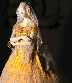 Ca 1865. Cuerpo con crinolina de raso de seda, corpiño ajustado y mangas pagoda de encaje. Vestido colección particular de L'Arca.