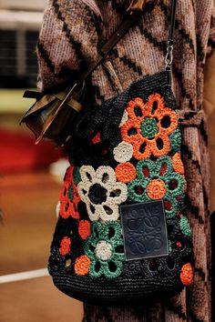Spring/Summer 2019 Ready-To-Wear -Loewe Spring/Summer 2019 Ready-To-Wear - 30 Ideias para uma Linda Festa de Bodas de Prata ⋆ De Frente Para O Mar Luxury Scottish knitwear wearable art. Crochet Diy, Crochet Tote, Freeform Crochet, Crochet Handbags, Crochet Purses, Purse Patterns, Crochet Patterns, Crochet Shell Stitch, Knitted Bags