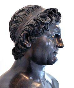 SELEUCO (358-281 a. C.). Reinó en Babilonia y Siria desde el 305 a. C. al 281 a. C., fundador de la dinastía seléucida y del Imperio seléucida. Uno de los primeros representante de la ideología materialista en la cultura Babilónica, quien ya en ese entonces formuló conjeturas acerca de la estructura heliocéntrica del mundo.