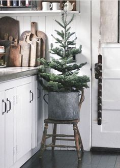 Are you searching for images for farmhouse christmas decor? Browse around this site for very best farmhouse christmas decor images. This farmhouse christmas decor ideas seems wonderful. Natural Christmas, Noel Christmas, Primitive Christmas, Little Christmas, Country Christmas, Winter Christmas, Vintage Christmas, Christmas Tree Bucket, Minimal Christmas
