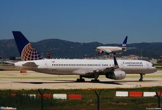 Continental Airlines Boeing 757-224 N12125 waiting for an SAS Boeing 737 to land before departing Barcelona-El Prat, May 2009. (Photo: Laurent ERRERA)